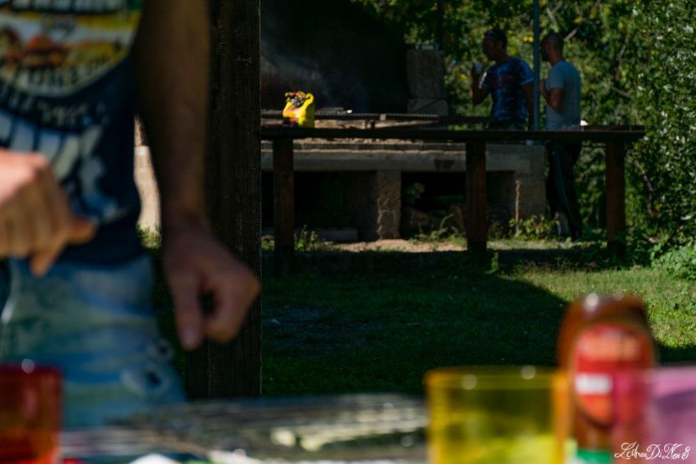 Preparativi per la grigliata in area sosta a Lubriano