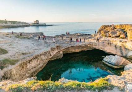 Visitare in camper la Grotta della Poesia, la piscina naturale del Salento